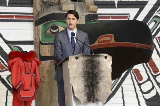 3일(현지시간) 캐나다 퀘벡에서 열린 원주민 여성 살해·실종에 관한 국가보고서 발표회에서 쥐스탱 트뤼도 총리가 폐막 연설을 하고 있다. [AP=연합뉴스]