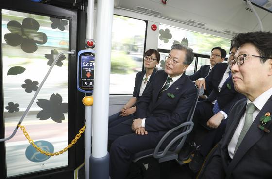 문재인 대통령(가운데)이 5일 오후 경남 창원컨벤션센터에서 열린 '제24회 환경의 날 기념식'을 마친 뒤 수소버스를 타고 도심형 수소충전소로 이동하고 있다. [청와대사진기자단]