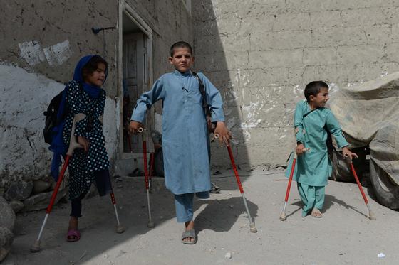 지뢰로 다리를 잃은 어린이들이 목발을 짚고 등교하고 있다. [AFP=연합뉴스]