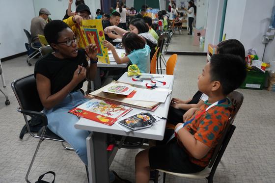 수업은 미군 한 명당 2~4명 아이가 모여 미국 유치원 교재를 가지고 읽고 말하는 방식으로 진행된다. 김나현 기자