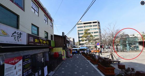 청구역 3번 출구(빨간색 원)으로부터 20m 떨어진 한국계 캐나다인 소유 3층 건물(제일 왼쪽)[사진 네이버 지도]
