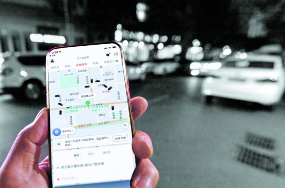 중국의 공유자동차 시장을 평정한 디디추싱 앱은 도시민들의 출퇴근 전쟁 해소에 큰 역할을 했다. 하루 평균 3100만건의 차량 탑승이 이 앱을 통해 이뤄진다. 중국인 남성의 휴대폰에 실제 디디추싱 앱 화면을합성한 사진. [그래픽=최종윤 yanjj@joongang.co.kr]