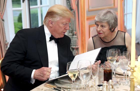 4일 영국 주재 미국대사관에서 열린 만찬에 참석한 도널드 트럼프 미국 대통령과 테레사 메이 영국 총리. [AP=연합뉴스]