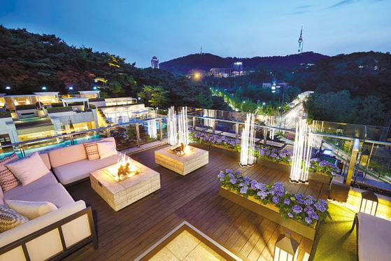 서울신라호텔은 '루프탑 가든'을 오픈했다. 남산의 풍경과 화려한 도심을 조망하면서 다이닝 서비스, 다양한 주류를 자유롭게 즐길 수 있다. [사진 서울신라호텔]