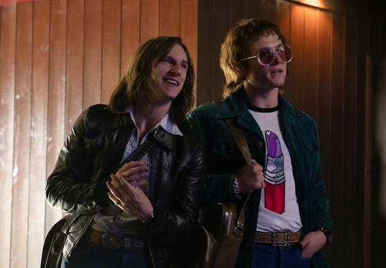 왼쪽부터 작사가 버니 토핀(제이미 벨)과 엘튼 존(태런 에저튼). 두 사람이 손잡고 숱한 히트곡을 만든다. [사진 롯데엔터테인먼트]
