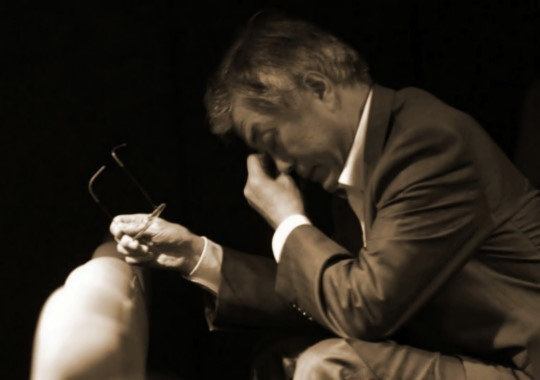 지난 2012년 대선 기간 중 문재인 당시 후보가 영화 '광해'를 관람한 뒤 눈물을 흘리고 있다. [중앙포토]