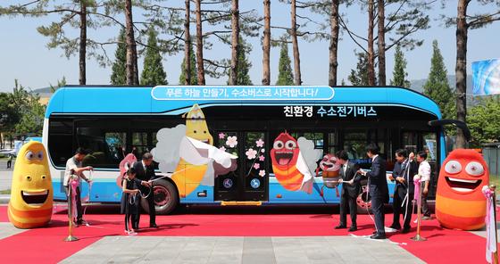 문재인 대통령이 5일 창원컨벤션센터 인근에서 수소 버스 제막식에 참석하고 있다. [연합뉴스]