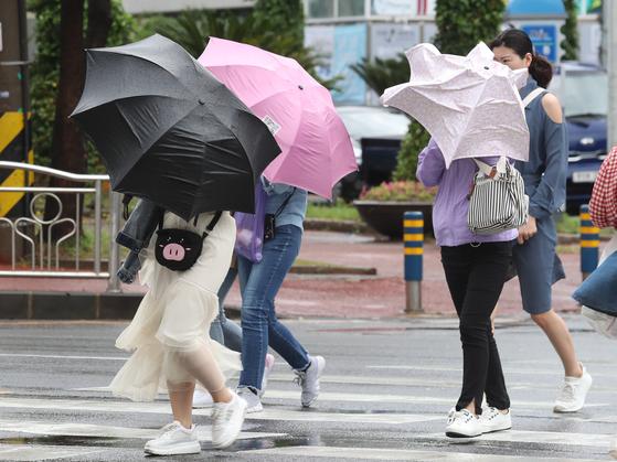 호우·강풍특보가 내려진 지난달 27일 제주시 연동 한 건널목에서 시민들이 도로를 건너고 있다. 기상청은 6일 오후 제주도에서 비가 시작돼 7일에는 전국으로 확대될 것으로 예보했다. [뉴스1]스1