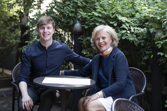 서울 서교동 다산북살롱에서 만난 벨기에 출신 방송인 줄리안 퀸타르트와 엄마 베로니끄 퀸타르트. 아들과 함께 한국 방송에 몇 차례 출연한 그는 최근 요리책 『유럽식 집밥』을 출간했다. 권혁재 사진전문기자
