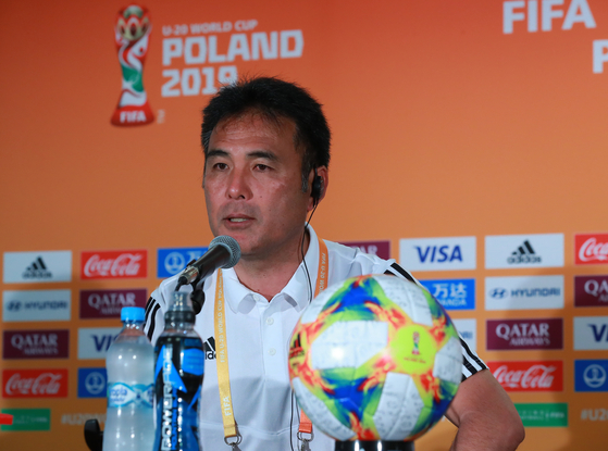 2019 국제축구연맹(FIFA) 20세 이하(U-20) 월드컵에 출전하고 있는 일본 대표팀 가게야마 마사나가 감독이 2일 오후(현지시간) 폴란드 루블린 경기장에서 16강 한일전을 앞두고 열린 기자회견에 참석해 경기에 임하는 각오를 밝히고 있다. [연합뉴스]
