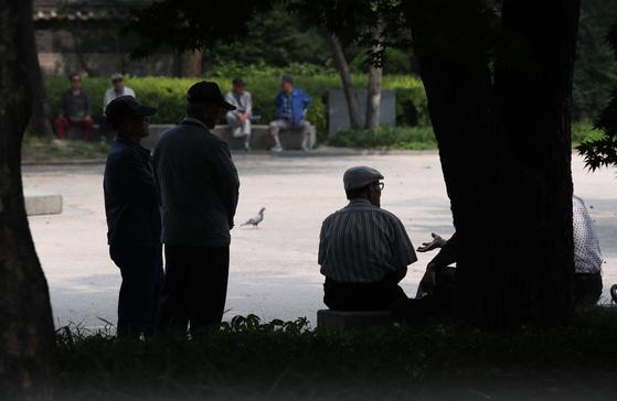 지난 2일 오후 서울 종로구 탑골공원에서 노인들이 시간을 보내고 있다. [연합뉴스]