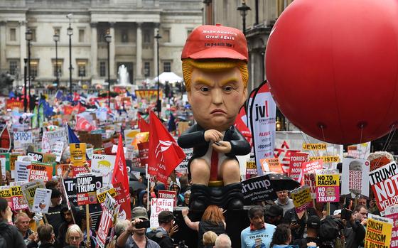 4일 트럼프 대통령의 정책에 반대는 영국 시위대의 모습. [EPA=연합뉴스]