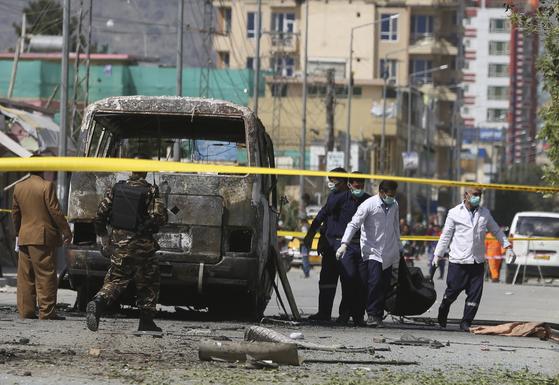 3일(현지시간) 아프가니스탄 카불에서 공무원들을 태운 버스가 반군의 테러를 받았다. [AP=연합뉴스]
