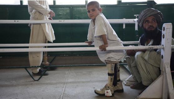 카블의 한 병원에서 지뢰로 두 다리를 잃은 한 어린이가 재활 훈련을 하고 있다. [사진 국제적십자위원회]