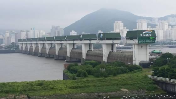 낙동강 하구에 건설된 하굿둑. [사진 부산시]