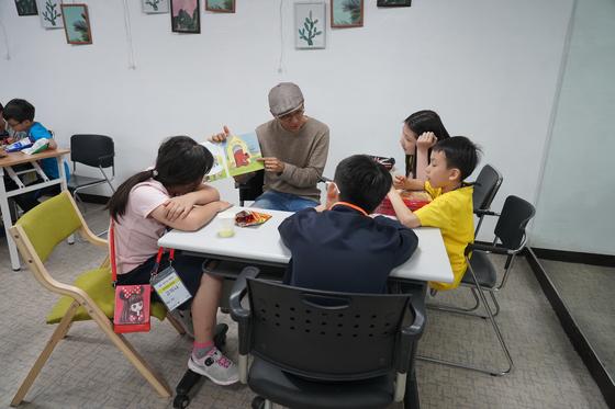 수업은 미군 한 명당 2~4명 아이가 모여 미국 유치원 교재를 가지고 영어로만 읽고 말하는, '몰입식'으로 진행됐다. 김나현 기자