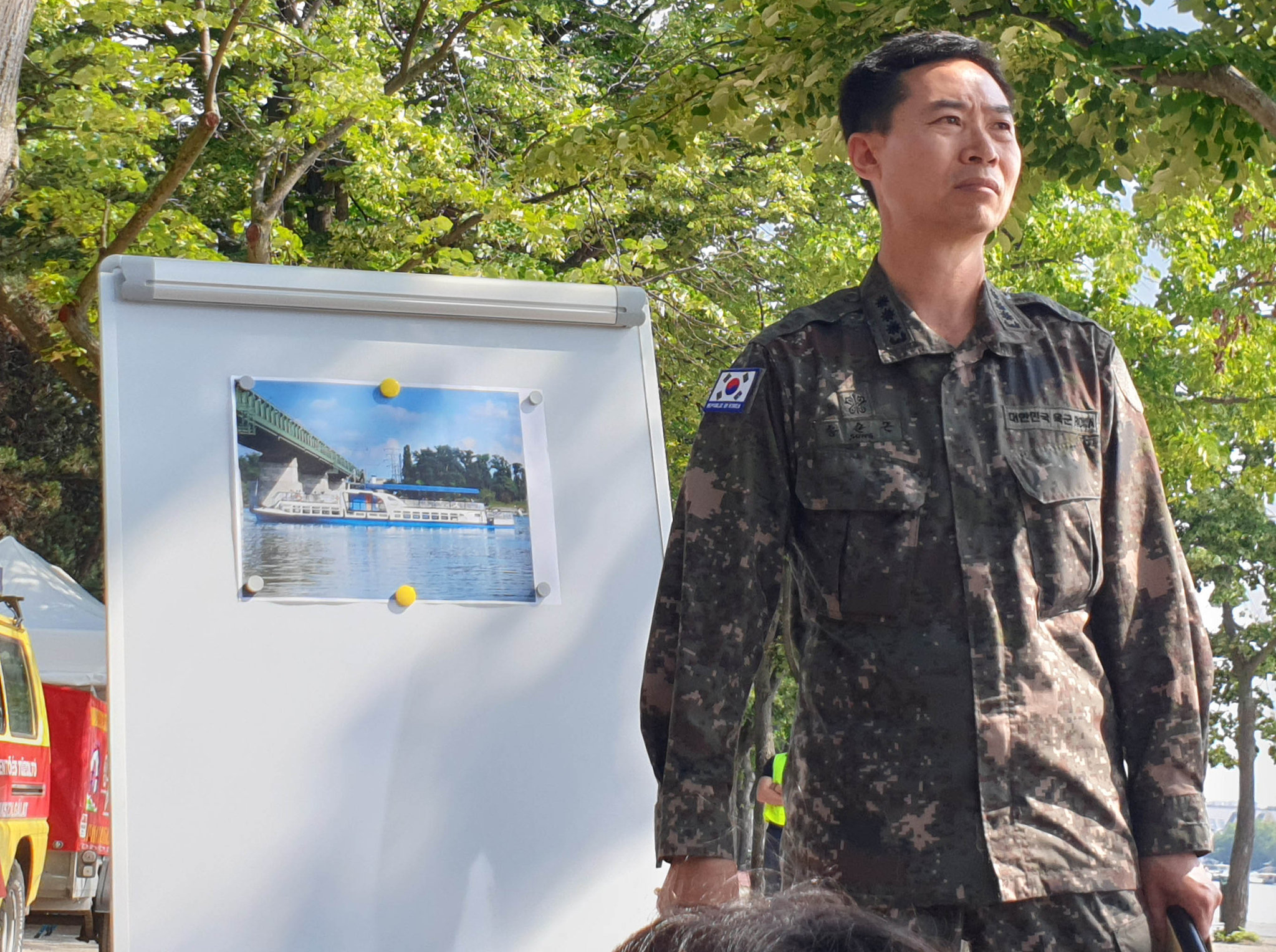 5일(현지시간) 헝가리 부다페스트 머르기트 섬에 마련된 한국측 CP 앞에서 송순근 주헝가리 대사관 국방무관이 브리핑을 하고 있다. [연합뉴스]