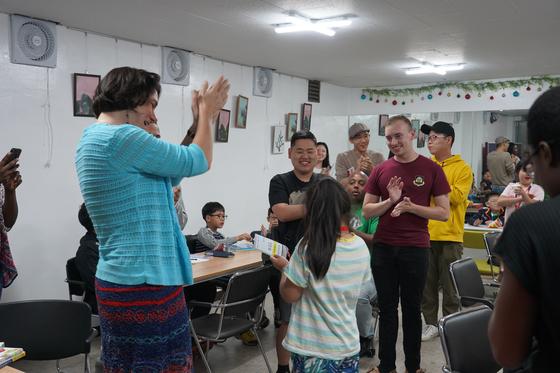지난달 28일 서울 둔촌동 글로벌 한문화 희망봉사회에서 다문화가정 자녀를 위한 영어 교육 프로그램인 호프키즈 리딩 앤 토킹이 진행됐다. 김나현 기자