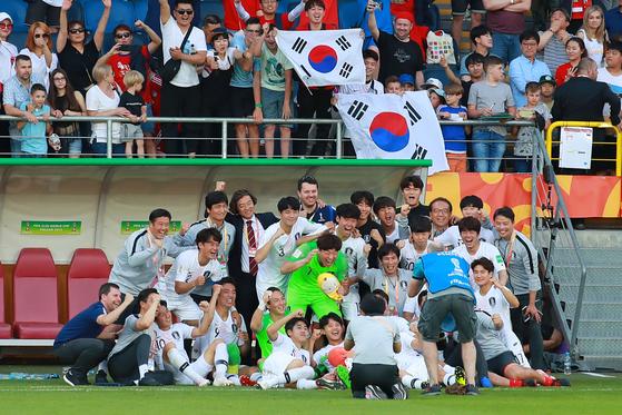 한일전에서 승리한 직후 활짝 웃으며 기념 촬영하는 20세 이하 축구대표팀. [연합뉴스]