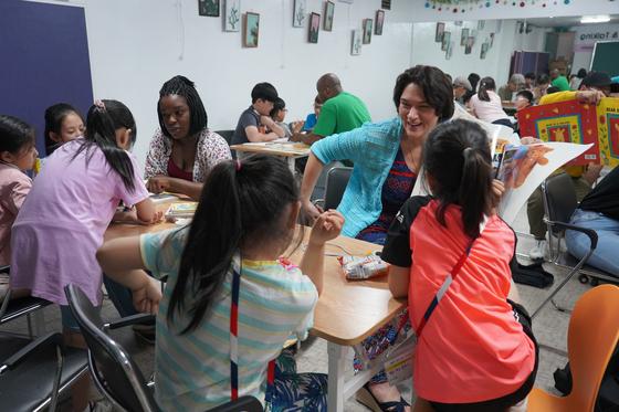 """영어교육 봉사 활동을 이끄는 스테이시 스미스 중령(오른쪽 여성) 은 """"어느 지역에서 태어났고 자랐든 나눔을 배운 아이들이 다른 어려운 이들을 도울 수 있다""""고 말했다. 김나현 기자"""