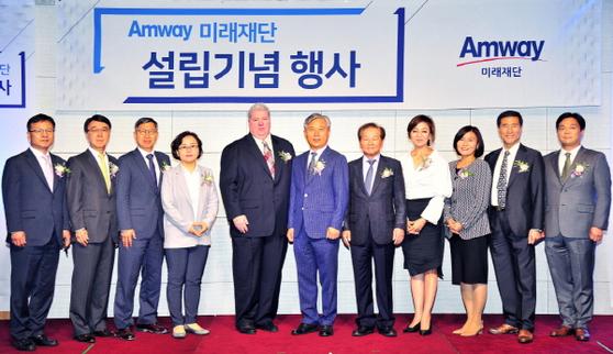 한국암웨이 미래재단 김장환 이사장(오른쪽에서 여섯 번째) 및 이사회 구성원과 글로벌암웨이 법무 담당 스캇 발포어 부사장(왼쪽에서 다섯 번째)