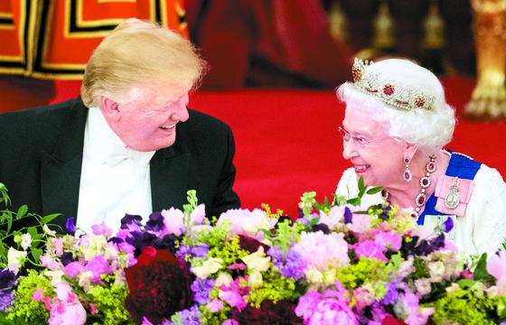 영국을 국빈방문 중인 트럼프 미국 대통령이 3일(현지시간) 런던 버킹엄궁에서 열린 국빈만찬에서 엘리자베스 2세 여왕과 환담하고 있다. 트럼프 대통령은 영국 방문 전 브렉시트 이후 영국과의 무역협정에 대한 지지 의사를 밝혔다. [AFP=연합뉴스]