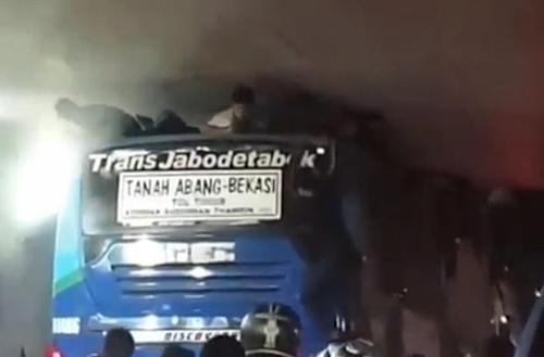 버스 지붕과 터널 천장 사이에 낀 소년들. [사진 인스타그램 @jktinfo]