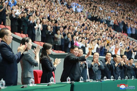 김정은 북한 국무위원장이 지난 3일 개막한 대집단체조와 예술공연 '인민의 나라' 개막공연을 보기 위해 주석단에 자리하고 있다. [사진 연합뉴스]