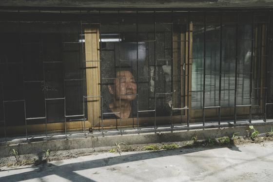 영화에서 반지하집 창문을 내다보는 기택(송강호).[사진 CJ엔터테인먼트]