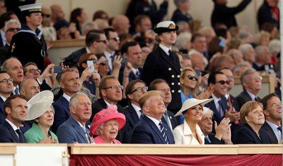 5일(현지시간) 영국 포츠머스에서 열린 노르망디 상륙작전 75주년 기념행사에 참석한 도널드 트럼프 미국 대통령과 각국 정상들. [AP=연합뉴스]