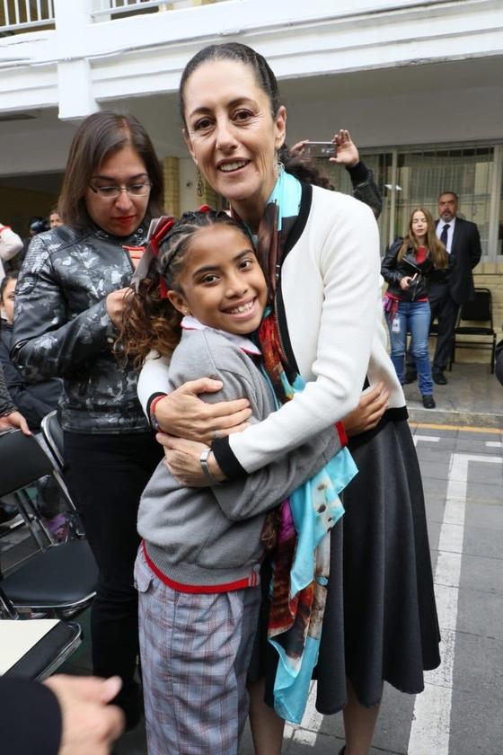 클라우디아 세인바움 멕시코시티 시장이 3일(현지시간) 도심의 한 공립학교를 방문해 성별에 상관없이 누구나 치마나 바지 교복을 입을 수 있도록 하는 '성중립 교복' 계획을 내놨다. 바지 교복을 입은 여학생을 안아주고 있는 세인바움 시장. [사진 세인바움 시장 트위터 갈무리]