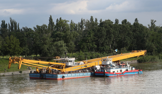 헝가리 부다페스트 다뉴브강에서 침몰한 허블레아니호 인양에 투입되는 대형 크레인 '클라크 아담'이 5일(현지시간) 침몰현장에서 5.5km 정도 떨어진 헝가리 부다페스트 다뉴브강 우이페쉬트 선착장에 정박하고 있다. [연합뉴스]
