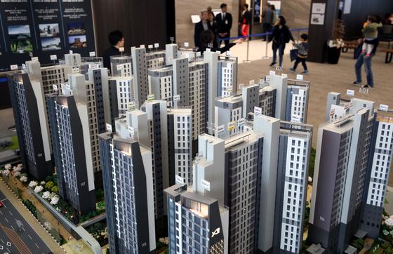 지난 4월 올해 첫 강남 분양단지인 '방배그랑자이' 견본주택를 찾은 방문객들의 모습. 이 아파트의 평균 분양가는 3.3㎡당 4687만원에 달한다. [뉴스1]