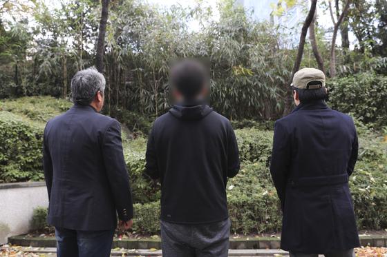 서울교통공사 내부 직원 3명이 비정규직의 정규직 전환 과정에서 있었던 비정상적인 행태를 서울시청 인근 공원의 대나무 숲 앞에서 공개하고 있다. 임현동 기자
