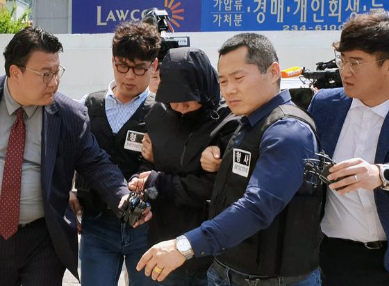 지난달 24일 광주광역시 동구 광주지법에서 부동산업자 납치·살인 사건에 일부 가담한 혐의를 받고 있는 국제PJ파 부두목의 친동생이 영장실질심사를 받기 위해 출석하고 있다. [연합뉴스]