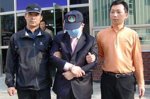달아난 조폭 부두목이 2006년 11월 광주광역시에서 발생한 건설사주 납치 사건 5개월 만에 검거될 당시 모습. [연합뉴스]