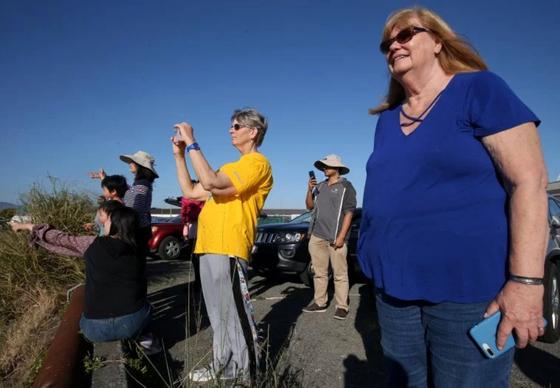 지난 4일 캘리포니아 알라메다 해변을 찾은 사람들이 혹등고래를 구경하고 있다.[사진 이스트베이 타잉즈]