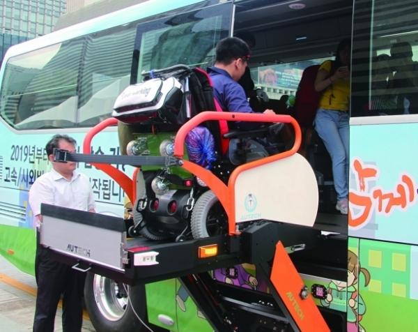 올 하반기 휠체어 리프트를 장착한 고속ㆍ시외버스가 시범운영할 계획이다. [사진 국토교통부]