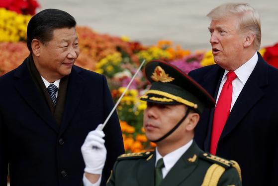 2017년 11월 중국 방문 당시 시진핑 중국 주석과 도널드 트럼프 미국 대통령의 모습. 트럼프 대통령이 국제 사회에 대해 '반화웨이' 압력을 높이고 있는 가운데, 시 주석의 방한 가능성이 커지면서 미·중 양측의 국내 업체에 대한 압박도 최고조에 이를 전망이다. [로이터=연합뉴스]