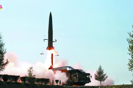 북한이 지난 9일 김정은 국무위원장이 지켜보는 가운데 조선인민군 전연(전방) 및 서부전선방어부대들의 화력타격훈련을 했다고 조선중앙TV가 보도했다. 북한의 미사일이 이동식 발사대(TEL)에서 공중으로 치솟고 있다. [연합]