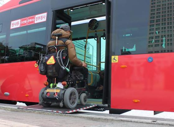 휠체어를 탄 장애인이 버스에 탑승하고 있다. [연합뉴스]