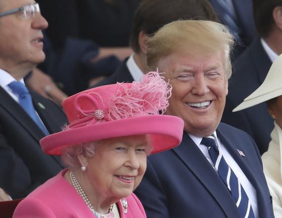 5일(현지시간) 영국 포츠머스에서 열린 노르망디 상륙작전 75주년 기념행사에 참석한 도널드 트럼프 미국 대통령과 영국 엘리자베스 2세 여왕. [AP=연합뉴스]