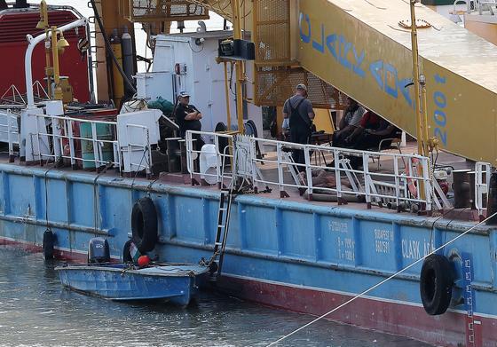 5일 오후(현지시간) 헝가리 부다페스트 다뉴브강에서 유람선 '허블레아니'를 인양할 크레인선 '클라크 아담'이 다뉴브강 사고지점 6km를 앞두고 한 선착장에 정박해 있다. [뉴스1]