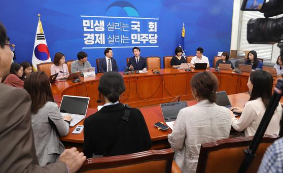 이인영 더불어민주당 원내대표가 5일 오전 서울 여의도 국회에서 열린 원내대책회의를 마치고 취재진과 둘러앉아 질문에 답하고 있다. 민주당은 앞으로 급한 상황이 아니면 백브리핑을 앉아서 하는 방향으로 정해졌다고 밝혔다. 한편 지난 3일 한선교 자유한국당 의원이 바닥에 앉아 취재하는 젊은 언론인들을 향해 '걸레질 하네'라고 발언해 물의를 빚었다. [뉴스1]