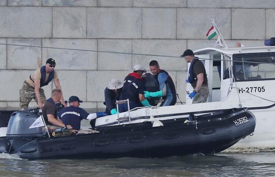 5일(현지시간) 헝가리 유람선 침몰사고 지점인 부다페스트 다뉴브강 머르기트 다리 아래에서 헝가리 수색팀 대원들이 한국인 남성으로 추정되는 시신을 수습하고 있다. [연합뉴스]