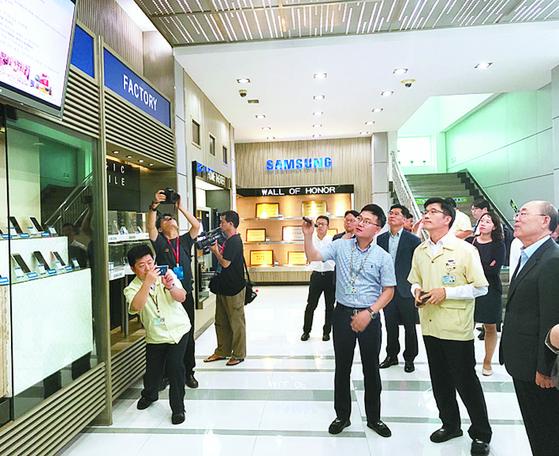 지난해 6월 중국 삼성전자 후이저우 법인을 찾은 한국기업인 방문단이 삼성전자 관계자로부터 설명을 듣고 있다. [연합뉴스]