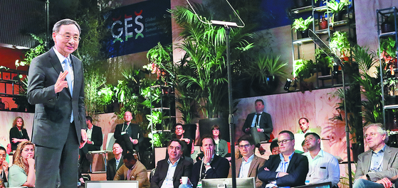 KT 황창규 회장이 5일(현지시간) 네덜란드 헤이그에서 열린 '글로벌 기업가정신 정상회의(GES) 2019'에서 연설하고 있다. [연합뉴]