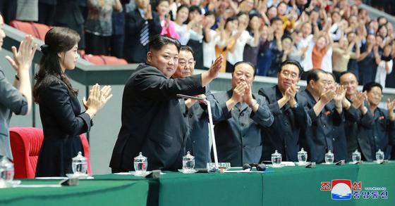 조선중앙통신은 4일 김정은 위원장이 전날 평양 5·1경기장에서 대잡단체조 '인민의 나라'를 관람했다고 전했다. [연합뉴스]