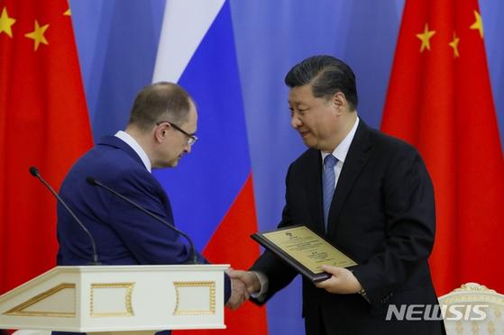 러시아를 방문 중인 시진핑 중국 국가주석이 6일 상트페테르부르크 국립대학교에서 명예박사 학위를 받았다. [AP=뉴시스]