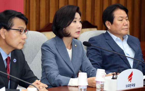 나경원 자유한국당 원내대표(가운데)가 7일 오전 국회에서 열린 원내대책회의에서 모두 발언을 하고 있다. 변선구 기자
